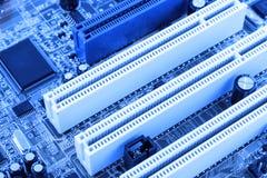 De geïntegreerde microprocessor van de halfgeleidermicrochip op blauwe kringsraad representatief voor de high-tech industrie en d Royalty-vrije Stock Foto
