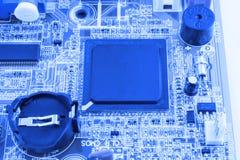 De geïntegreerde microprocessor van de halfgeleidermicrochip op blauwe kringsraad representatief voor de high-tech industrie en d Stock Afbeeldingen
