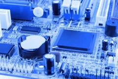 De geïntegreerde microprocessor van de halfgeleidermicrochip op blauwe kringsraad representatief voor de high-tech industrie en d Stock Foto