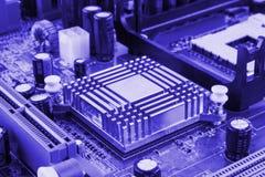 De geïntegreerde microprocessor van de halfgeleidermicrochip op blauwe kringsraad representatief voor de high-tech industrie en d Stock Fotografie
