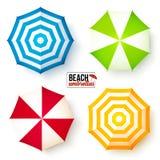 De geïsoleerde geplaatste paraplu's van het de zomerstrand Stock Afbeeldingen