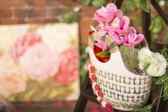 De geïsoleerde hangende mand toont een verscheidenheid van mooie bloemen Stock Foto