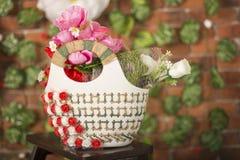 De geïsoleerde hangende mand toont een verscheidenheid van mooie bloemen Royalty-vrije Stock Foto's