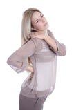 De geïsoleerde jonge mooie bedrijfsvrouw heeft pijnen op achter haar - Stock Foto's