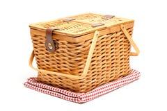 De Geïsoleerde Mand van de picknick en Gevouwen Deken Royalty-vrije Stock Afbeeldingen