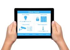 De geïsoleerde mensenhanden houden een tablet met systeem slim huis op royalty-vrije stock afbeeldingen