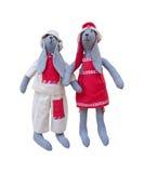 De geïsoleerde met de hand gemaakte familie van het poppenkonijntje in homespun kleding Royalty-vrije Stock Afbeeldingen