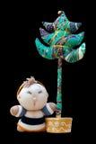 De geïsoleerde met de hand gemaakte zachte boom van speelgoedkerstmis & zuigeling in een gebreid kostuum Royalty-vrije Stock Afbeeldingen