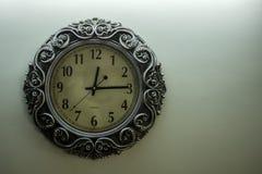 De geïsoleerde Oude Lichtgele Achtergrond die van Ontwerperwall clock with uur van het tijd12:15 en vrije spac op rechterkant ton stock foto