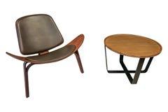De geïsoleerde stoel van de luxestijl samen met houten ronde zijlijst aangaande witte achtergrond met het knippen van weg Stock Fotografie