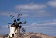 De geïsoleerde traditionele windmolen Molino DE Tefia dichtbij La Olivia in droog dor heuvelig landschap tegen blauwe hemel met c royalty-vrije stock foto