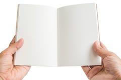 De geïsoleerde vrouwenhanden houden een open leeg notitieboekje Stock Afbeeldingen