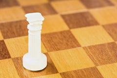 De geïsoleerde witte schaakroek van steen of plastiek op de vierkante houten raad Stock Fotografie
