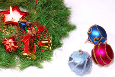 De geïsoleerden groene kroon van Kerstmis met een kaars Royalty-vrije Stock Foto's