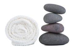 De geïsoleerdew stenen en de handdoek van het kuuroord Royalty-vrije Stock Foto