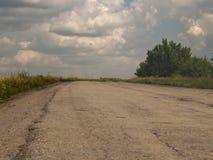 De geasfalteerde weg gaat omhoog weg stock afbeeldingen