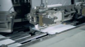 De geautomatiseerde machinewerken met document dekking op een lijn stock video