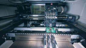 De geautomatiseerde machinewerken met spaander, microschakeling, microchip, geïntegreerde schakeling stock videobeelden