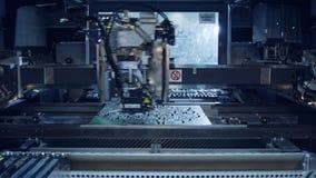 De geavanceerde smt componenten van machineplaatsen op een kringsraad stock videobeelden