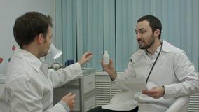 De gebaarde arts toont nieuwe drugs om te interneren stock afbeeldingen