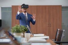 De gebaarde Hoofdtelefoon van OntwerperUsing VR Stock Fotografie