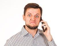 De gebaarde man spreekt op de telefoon Het stellen met verschillende emoties Simulatie van gesprek royalty-vrije stock afbeeldingen