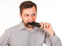 De gebaarde man spreekt op de telefoon Het stellen met verschillende emoties Simulatie van gesprek royalty-vrije stock foto's