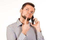 De gebaarde man spreekt op de telefoon Het stellen met verschillende emoties Simulatie van gesprek stock foto's