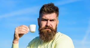 De gebaarde mens met espressomok, drinkt koffie Koffie gastronomisch concept Mens met baard en snor op strikte gezichtsdranken royalty-vrije stock afbeeldingen