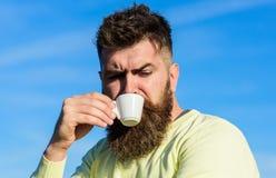 De gebaarde mens met espressomok, drinkt koffie Koffie gastronomisch concept De mens met lange baard geniet van koffie Mens met b royalty-vrije stock fotografie