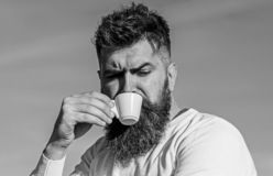 De gebaarde mens met espressomok, drinkt koffie Koffie gastronomisch concept De mens met lange baard geniet van koffie Mens met b stock afbeeldingen