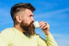 De gebaarde mens met espressomok, drinkt koffie De mens met lange baard geniet van koffie Koffie gastronomisch concept Mens met b stock foto's