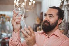 De gebaarde rijpe opslag van mensen die thuis goederen winkelen royalty-vrije stock afbeelding