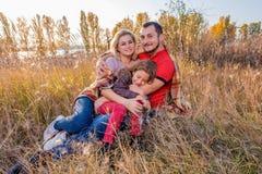 De gebaarde vader koestert zijn vrouw en dochter royalty-vrije stock foto