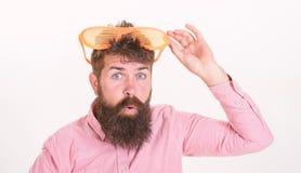 De gebaarde zonnebril van de mensenslijtage Hoe te voor uw volgende vakantie klaar te worden Het blind van de Hipsterslijtage ste stock fotografie