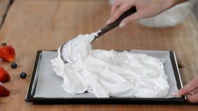 De gebakjechef-kok bereidt schuimgebakje voor cake voor stock videobeelden