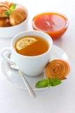 De gebakjes en de thee van de abrikozenjam met citroen Stock Foto