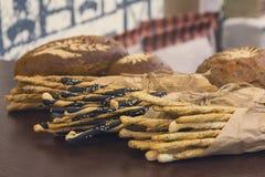 De gebakjes en het brood liggen op een teller stock afbeeldingen