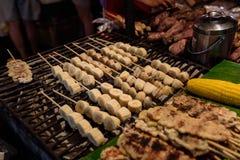 De gebakken gehele bananen, het lokale voedsel verkochten op Wararot-markt, Chiang-MAI Stock Afbeelding