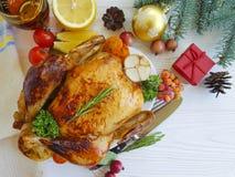 de gebakken kip braadde het gehele diner van de voedsel plaatsende dankzegging eigengemaakt gekookt Kerstmiswit op een houten ach royalty-vrije stock afbeeldingen