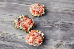 De gebakken oester vulde met tomaat, parmezaanse kaas en kruiden, heet voorgerecht in een zeevruchtenrestaurant Concept de bar va royalty-vrije stock foto's
