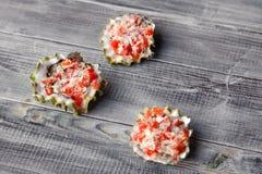 De gebakken oester vulde met tomaat, parmezaanse kaas en kruiden, heet voorgerecht in een zeevruchtenrestaurant Concept de bar va royalty-vrije stock afbeeldingen