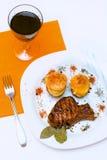 De gebakken ribben van het Varkensvlees met aardappel Stock Afbeeldingen