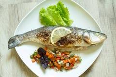 De gebakken zeebaars met groenten Stock Afbeelding