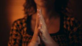 De gebaren van de hand Vrouw die aan God bidt stock video