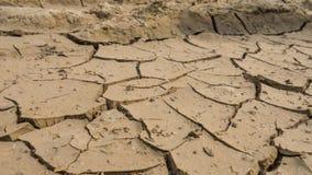 De gebarsten bruine aarde grote diepe barsten de barsten van de bruine aarde zijn grote diep barsten droogte Woestijn royalty-vrije stock foto