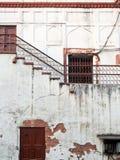 De gebarsten Doorstane Bouw met Rusty Doors India Royalty-vrije Stock Foto