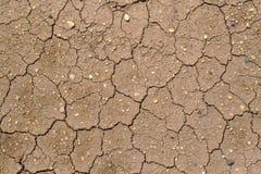 De gebarsten grond, Grond in droogte, Grondtextuur en droge modder, Stock Foto