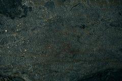 De gebarsten oude achtergrond van de steenmuur, donkere grungetextuur dicht omhoog Royalty-vrije Stock Fotografie