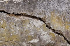 De gebarsten Witte Achtergrond van de Muurtextuur, zeer oude muur met een barst op het royalty-vrije stock afbeelding